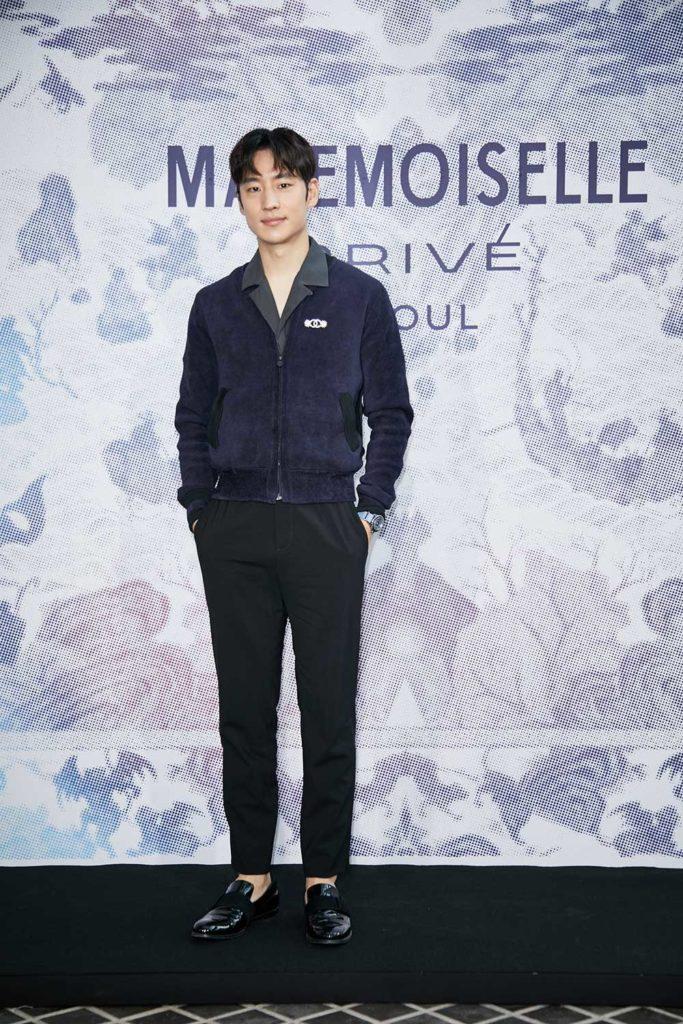 Lee Je Hoon nam tính trong chiếc áo tím than và chiếc quần âu cá tính