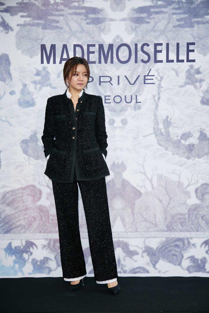 Go Ah-sung chất lừ trong bộ vest đen vải tweed phong cách cực mạnh mẽ