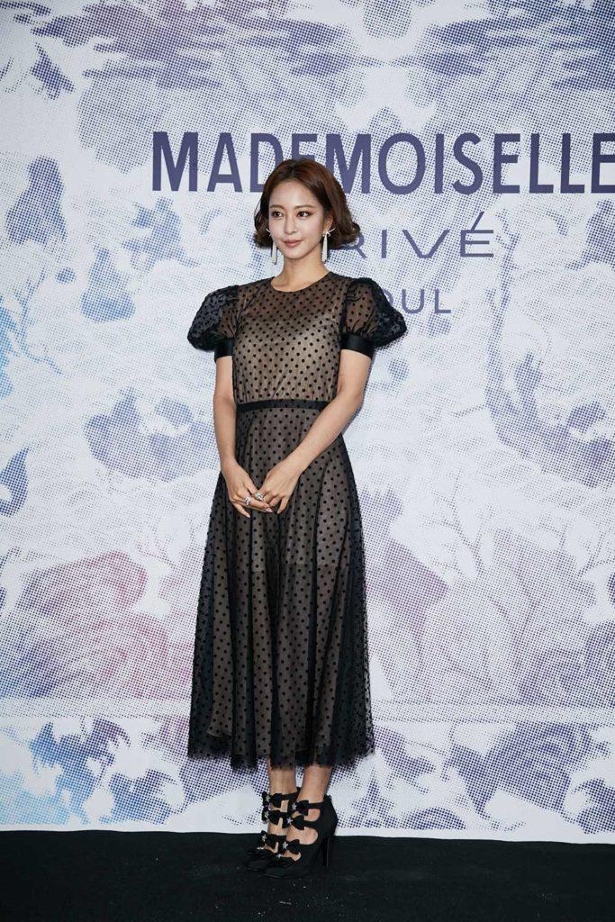 Han Ye-seul hóa thân thành quý cô xinh đẹp dịu dàng trong chiếc váy đen tay bồng cổ điển