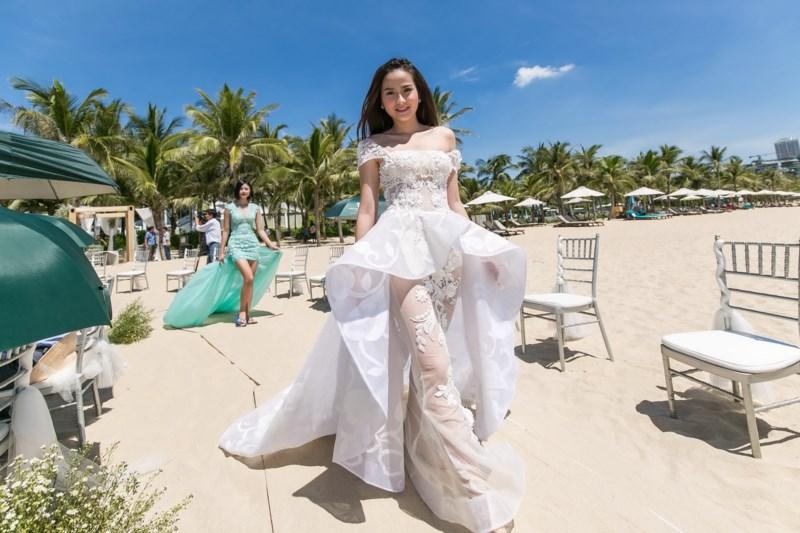 Hoa Khôi Khánh Ngân cũng có mặt trong bữa tiệc cưới trên biển này
