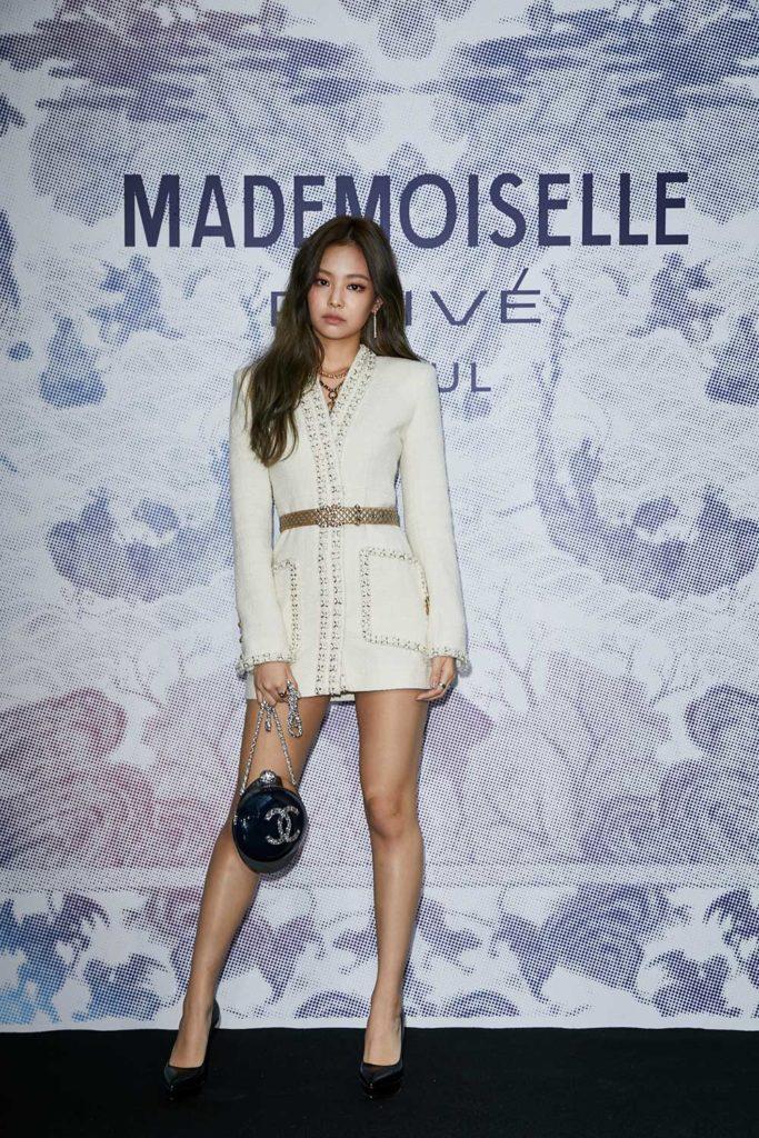 Jennie Kim mặc 1 chiếc vest trắng có đai và chiếc túi gucci cực chất