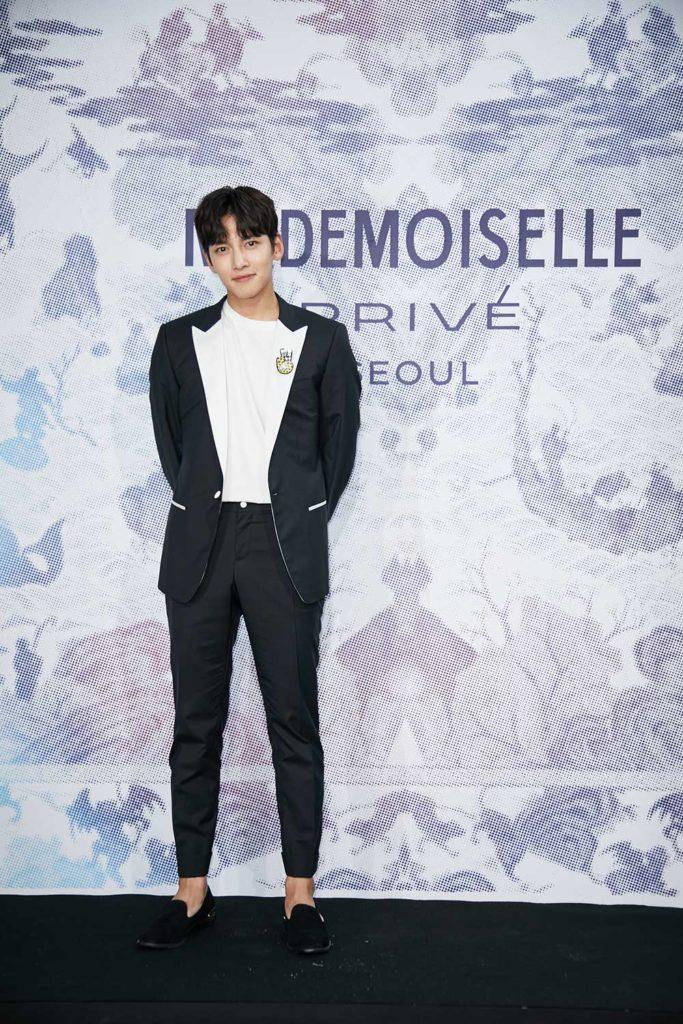 Ji Chang Wook mặc một chiếc quần âu nam tính và chiếc áo sơ mi đen huyền bí