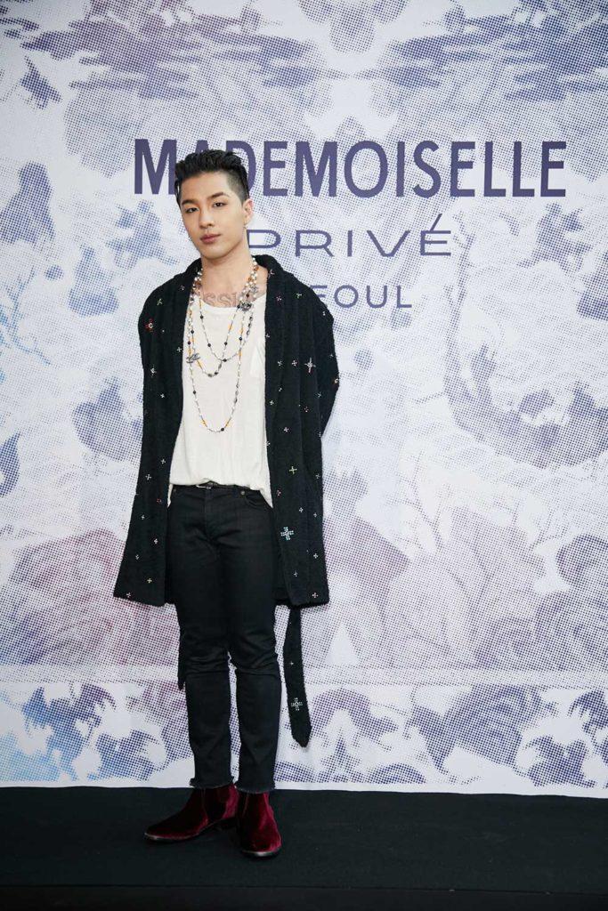 Taeyang làm fan điên đảo với phụ kiện vòng sành điệu