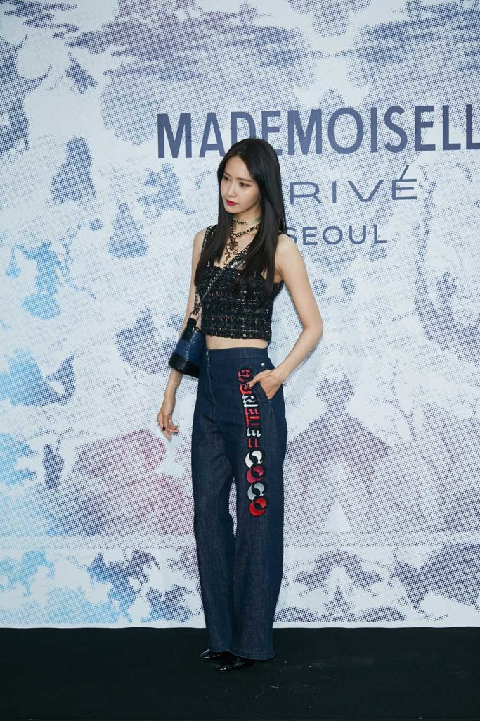 Yoona cá tính trong áo tweed lửng cùng quần jean và túi Gabrielle hàng hiệu
