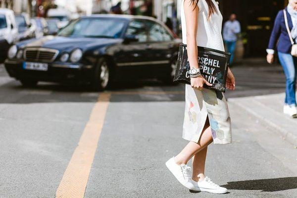 Cách phối giầy sneaker với áo bánh bèo