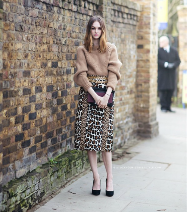 Cách mặc áo len dài với chân váy họa tiết