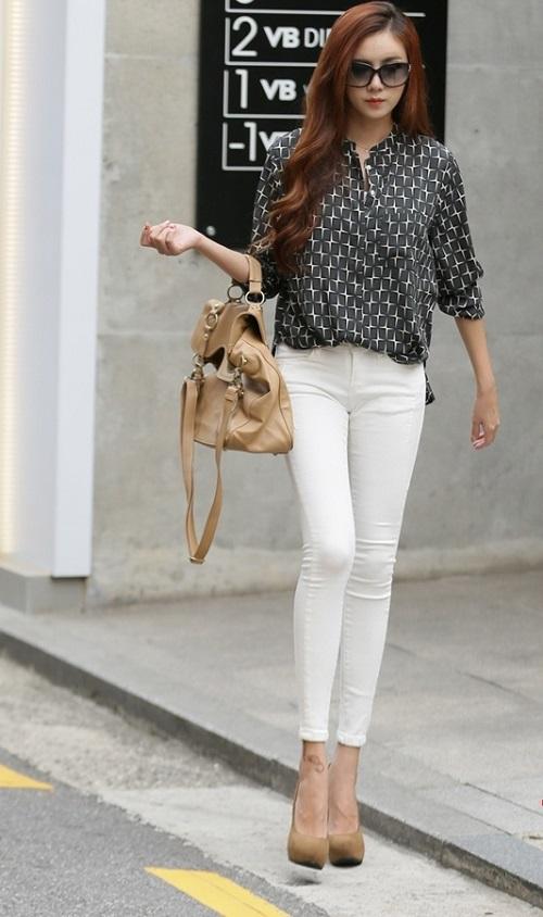Phối đồ với quần jeans trắng với áo