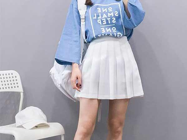 Chân váy tennis cùng với áo phông.