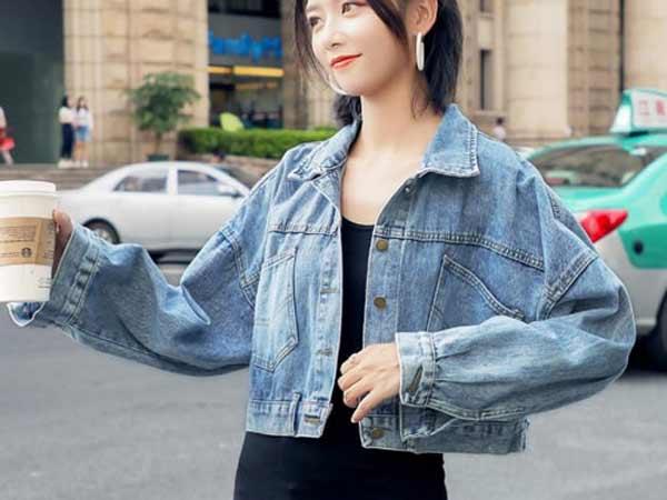 Váy suông dài mix với áo khoác jean