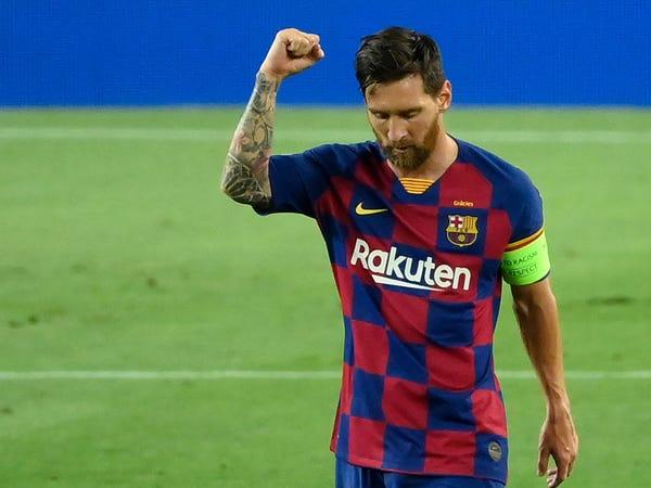 Tin bóng đá tối 11/8: Messi từ chối bắt tay trọng tài trận gặp Napoli