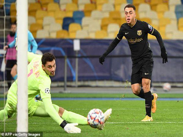 Tin bóng đá chiều 25/11: Xé lưới Dynamo Kyiv, Dest đi vào lịch sử Barca